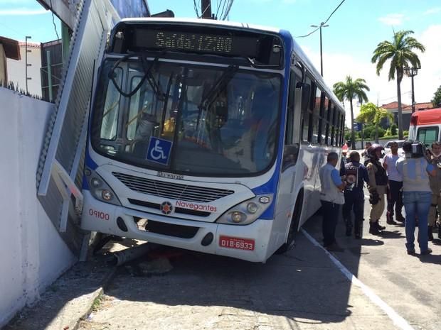 onibus_invade_calcada_e_quebra_parada_de_onibus_centro_de_joao_pessoa_paraiba